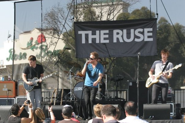 John Dauer, The Ruse Frontman in Inpeloto U2 pre-opening concert at The Rose Bowl